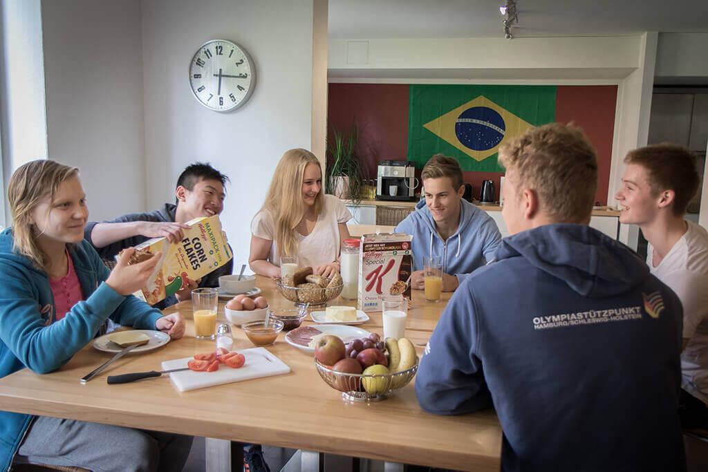 OSP_Internat_leben-im-internat-gemeinsam-frühstücken